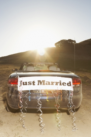 "Convertible with ÏJust MarriedÃ"" sign on the back 스톡 콘텐츠"