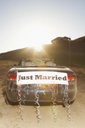recien casados: Convertible con Ijust signo MarriedÓ en la parte posterior