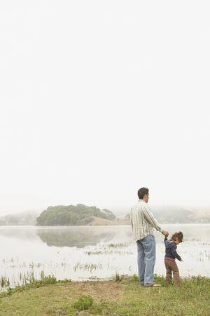 Vater und Tochter stehen an einem See Standard-Bild - 16073539