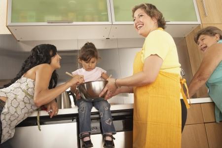 waistup: Los miembros femeninos de una cocina familiar junto