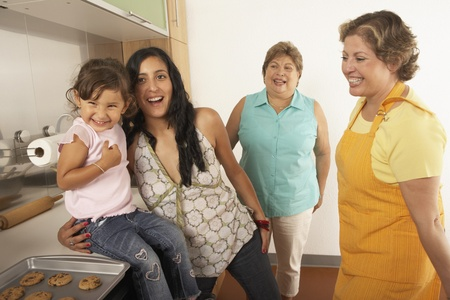 el salvadoran: Female members of a family cooking together