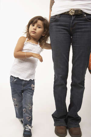 el salvadoran: Young girl holding her mothers hand LANG_EVOIMAGES