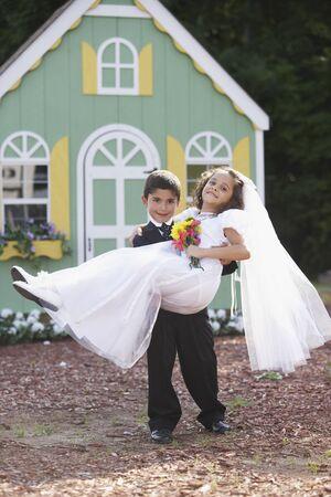 ni�os actuando: Ni�o y ni�a en la boda imaginaria