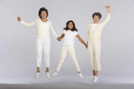 genegenheid: Vrouwelijke familieleden springen samen