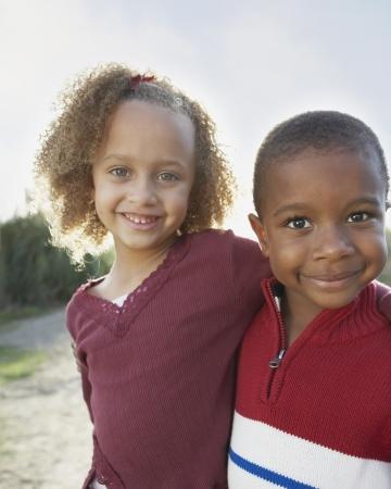 Ritratto di due bambini che si abbracciano Archivio Fotografico - 16073882