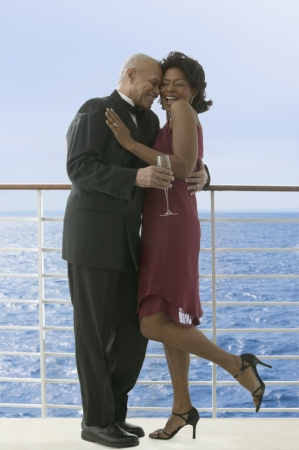 pareja bailando: Pareja de baile formal en el barco de crucero