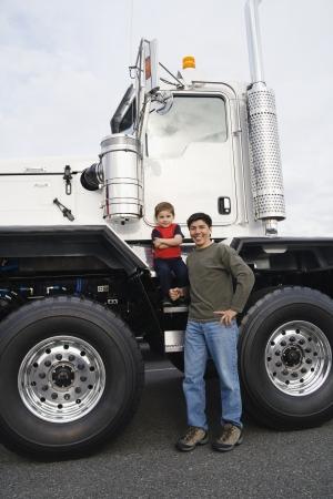 彼らのトラックで立っている彼の息子を持つ父します。 写真素材