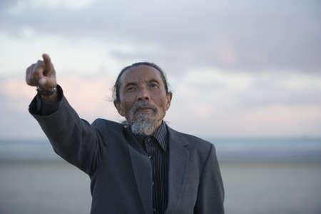 motioning: Senior man pointing LANG_EVOIMAGES