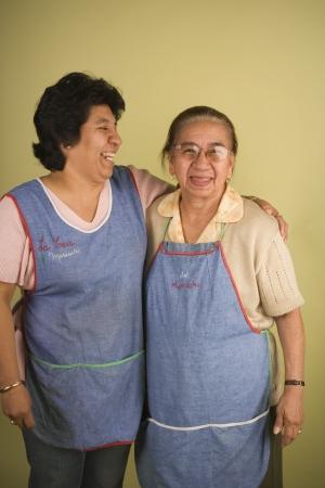 年配の女性が抱き締める
