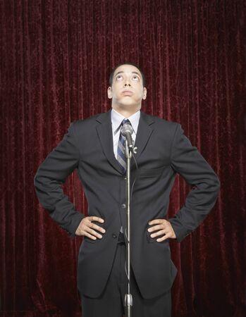 Junger Mann in ein Mikrofon sprechen