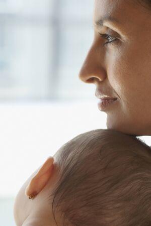 Mother resting her chin on babyÃŒs head Stockfoto