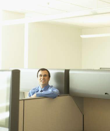 tabique: Hombre de negocios que se inclina sobre la partici�n