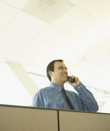 tabique: Hombre de negocios hablando por tel�fono sobre la partici�n