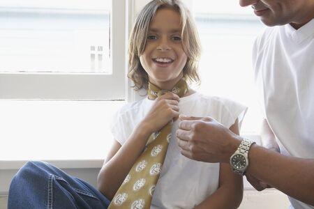 넥타이를 착용하는 어린 소년