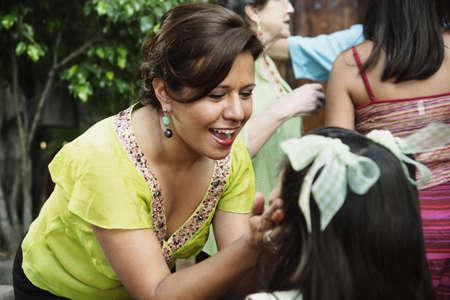 Mujer pellizcar las mejillas girlÌs jóvenes Foto de archivo - 16089842