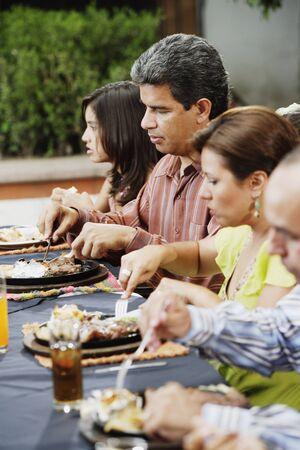 Familie eten aan tafel