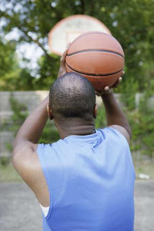 hombre disparando: Hombre baloncesto tiro LANG_EVOIMAGES