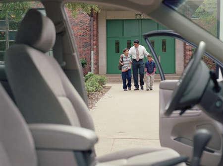 ir al colegio: Hombre joven caminando a sus hijos de la escuela