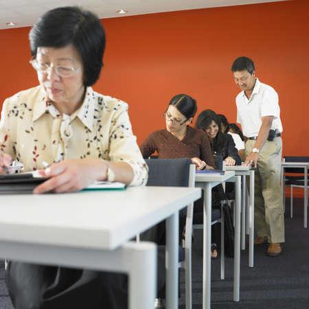 onderwijs: Groep van de volwassenen in de klas LANG_EVOIMAGES