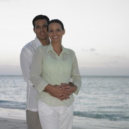 honeymooner: Pareja posando en la playa LANG_EVOIMAGES