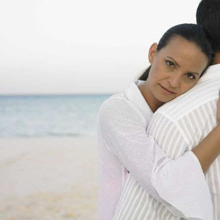 honeymooner: Pareja abrazos en la playa