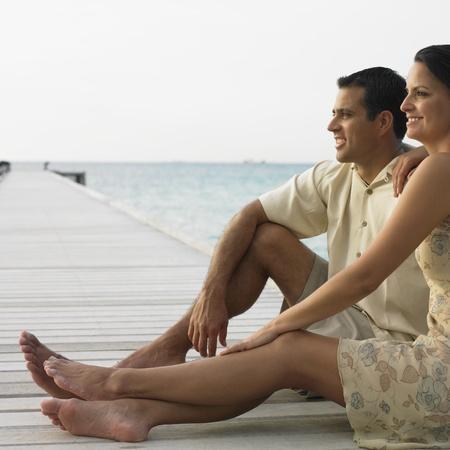 honeymooner: Pareja descansando en un muelle