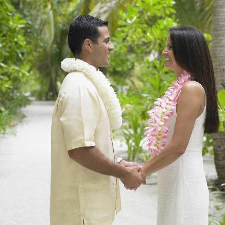 honeymooner: Pares que sostienen las manos al aire libre