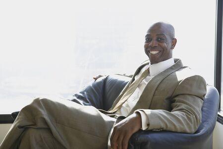 Affaires africain assis à côté de la fenêtre Banque d'images - 16090446