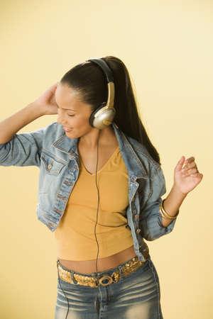 Studio foto de una mujer dominicana bailando y con auriculares Foto de archivo - 16090616