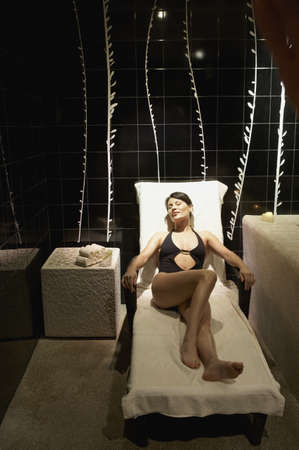 traje mexicano: Mujer en traje de baño que se sienta en la silla de salón en sala de spa, Los Cabos, México