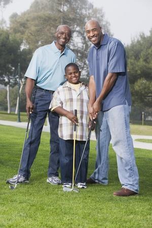 teen golf: Africano americano familia jugando al golf
