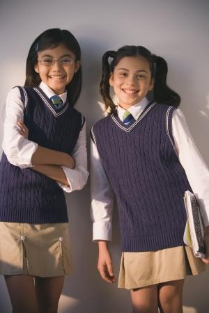 Dos colegialas en uniforme sonriendo Foto de archivo - 16091410