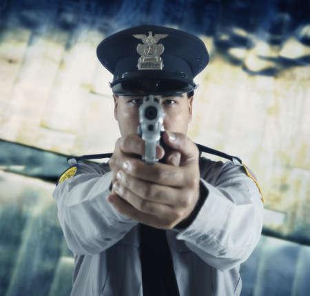 point and shoot: Agente policial masculino pistola apuntando