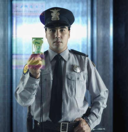 seguridad laboral: Guardia de seguridad masculino con la tarjeta de identificaci�n