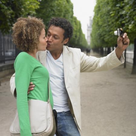 honeymooner: Pareja africana tomando propia fotograf�a en el parque