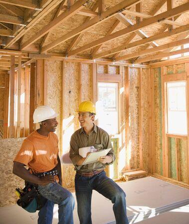 Zwei Bauarbeiter im Inneren der Baustelle