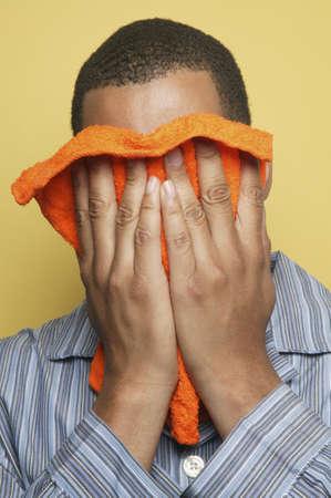 striped pajamas: Hombre africano en pijamas que sostienen washcloth a cara LANG_EVOIMAGES