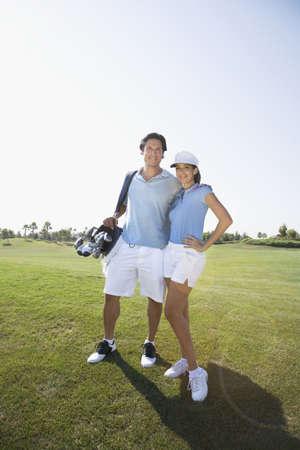 teen golf: Retrato de pareja en campo de golf
