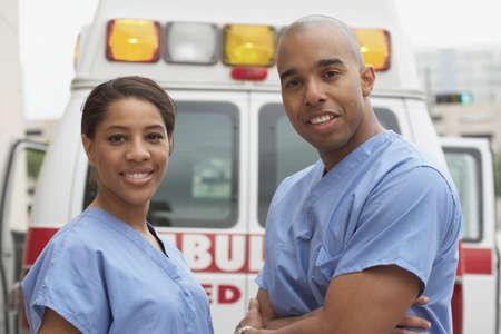 ordelijk: Afrikaanse verpleegkundigen naast ambulance LANG_EVOIMAGES