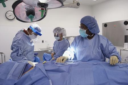 Artsen bereiden patiënt in operatiekamer