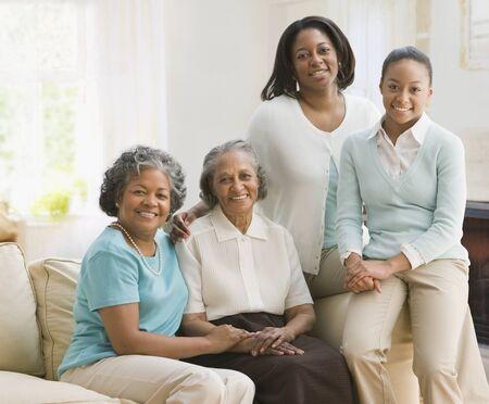 madre e hija adolescente: Multi-generacionales mujeres africanas que se sientan en el sof�