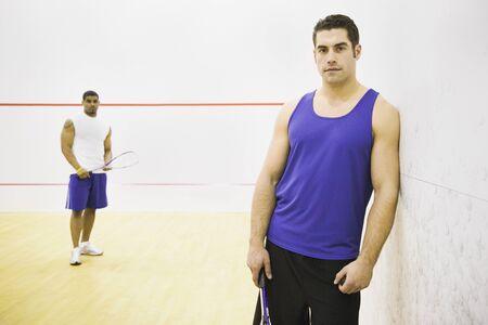 racquetball: Retrato de dos hombres en la cancha de racquetball LANG_EVOIMAGES