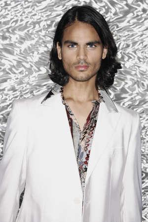 plan �loign�: Portrait du Moyen-Orient homme portant veste de costume