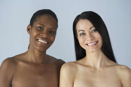 mujeres negras desnudas: Dos multi�tnicas mujeres con hombros desnudos