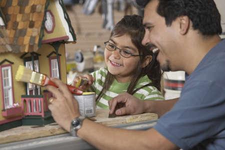 puppenhaus: Hispanic Vater und Tochter Malerei Puppenhaus LANG_EVOIMAGES