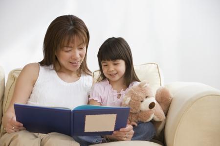 Aziatische moeder en dochter lezen