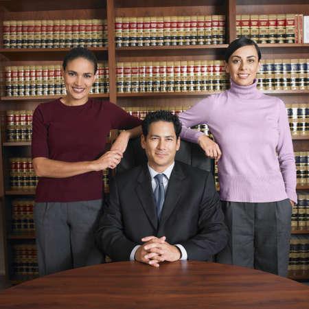 abogado: Multi-ethnic abogados en la oficina