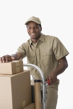 deliveryman: Africano americano uomo di consegna con camion di mano