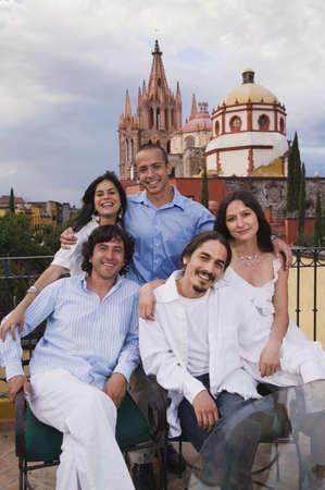 san miguel arcangel: Amigos hispanos con la catedral de fondo