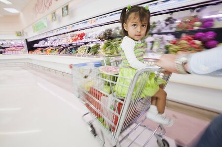 trolly: Hispanic girl in shopping cart